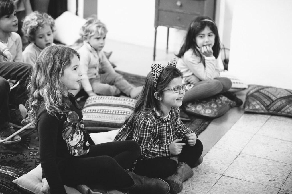 niñas en un espectáculo de magia