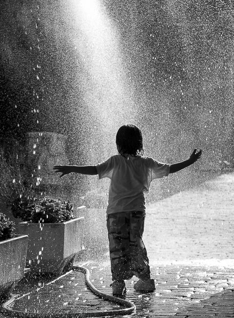 niño bajo la lluvia